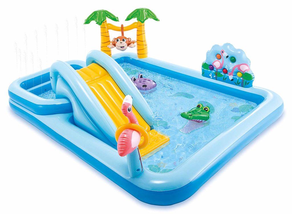piscina con castillo inflable jungla