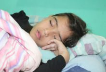 niño durmiendo sobre almohada