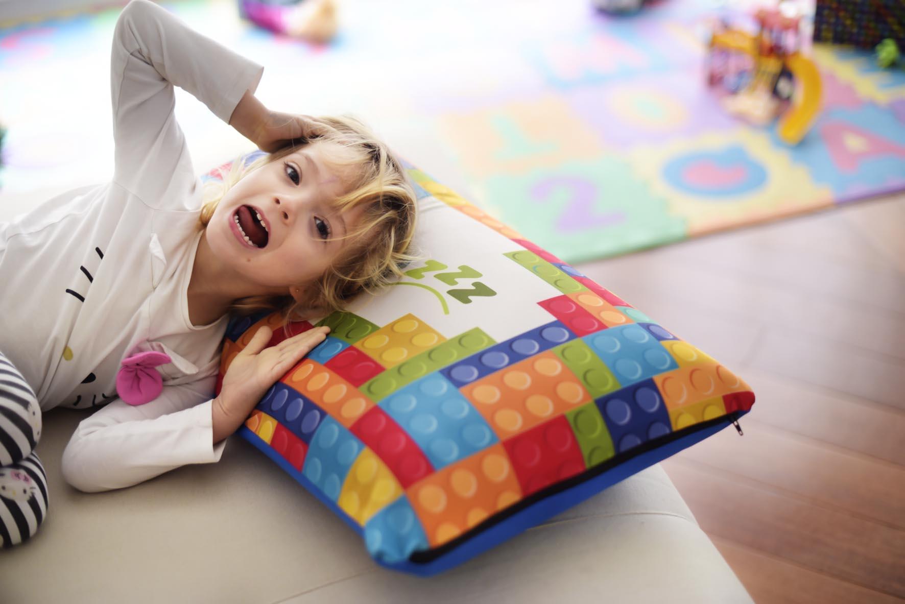 niño tumbado en una almohada viscoelástica